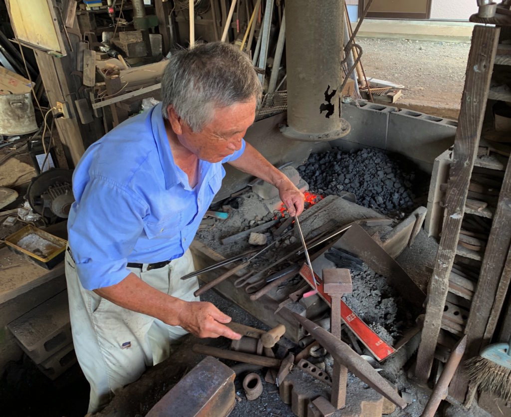 採蜜道具を作る鍛冶屋