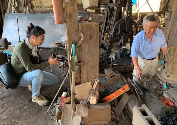 図5:鍛冶屋の上田さんと、撮影中の澤崎